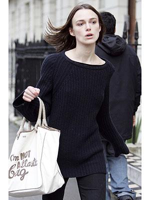 アニヤハインドマーチエコバッグを持つキーラ・ナイトレイ(Keira Knightley)
