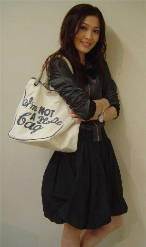アニヤハインドマーチエコバッグを持つNikki Chow