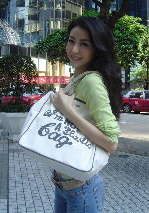 アニヤハインドマーチエコバッグを持つ熊黛林